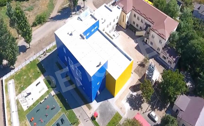 Под Днепром построили первую в Украине школу со стеклянным потолком
