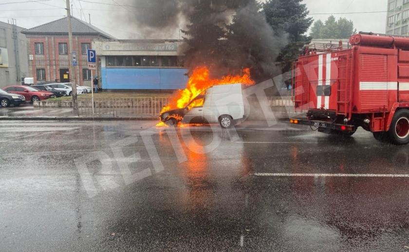Утром в Днепре на Слобожанском сгорела машина