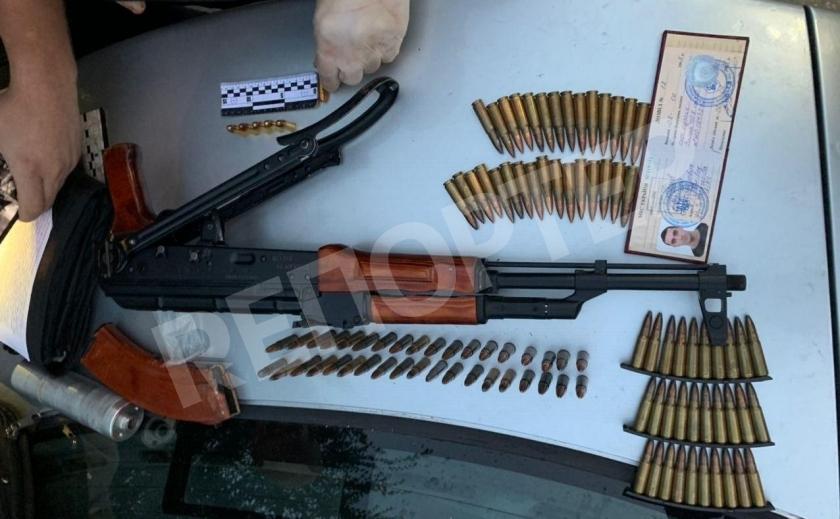 Киллеры? Днепровские копы изъяли автомат, глушитель и ведро патронов